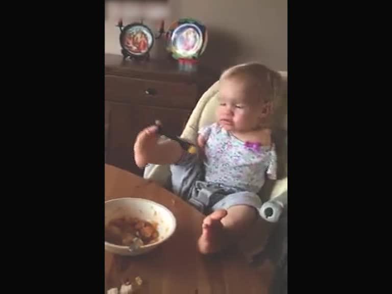 一个两岁的宝宝吃饭,让我看哭了!
