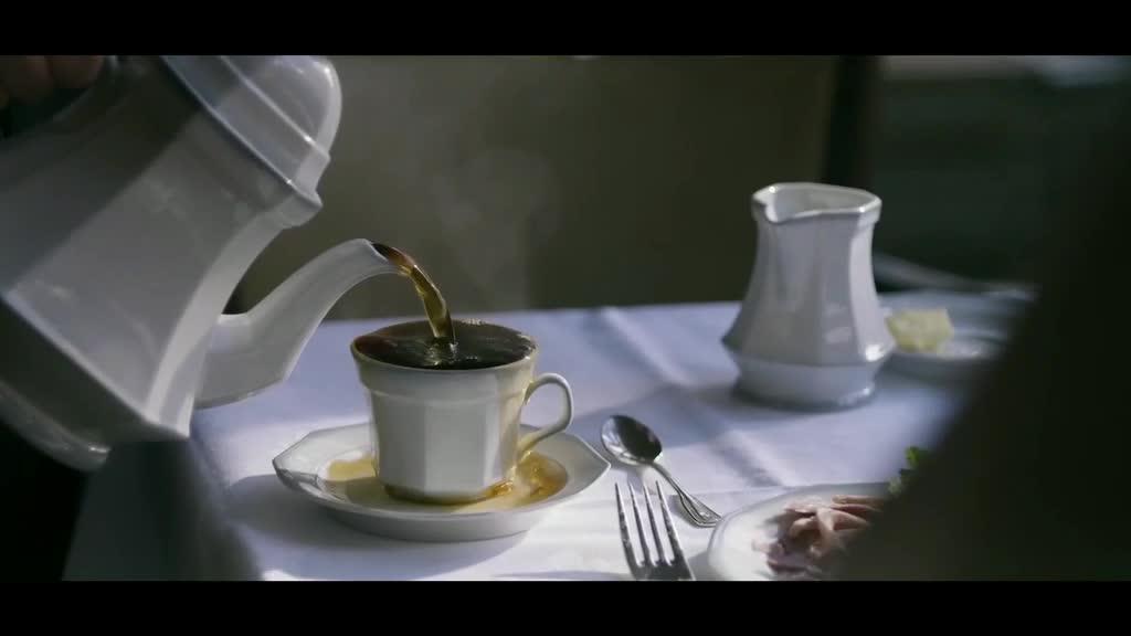 小伙咖啡店等人,问了服务员一个问题后,服务员直接走了