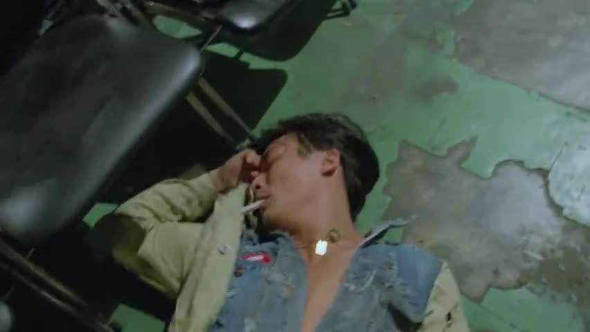 小伙这波操作真溜,躺在地上装死人