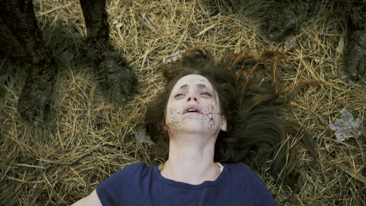 #惊悚看电影#女孩被怪物摸了一下,身体发生了变异,还生了一个孩子