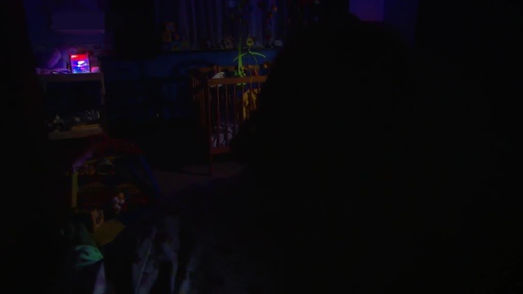 女子在家被木偶袭击,滚下楼梯,太可怕了