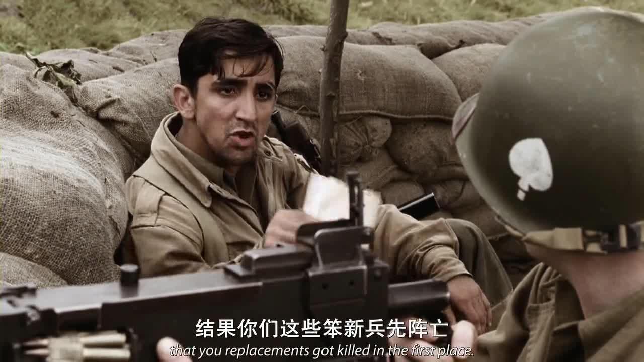男子和士兵交谈,诉说心中不满,聊起了家乡