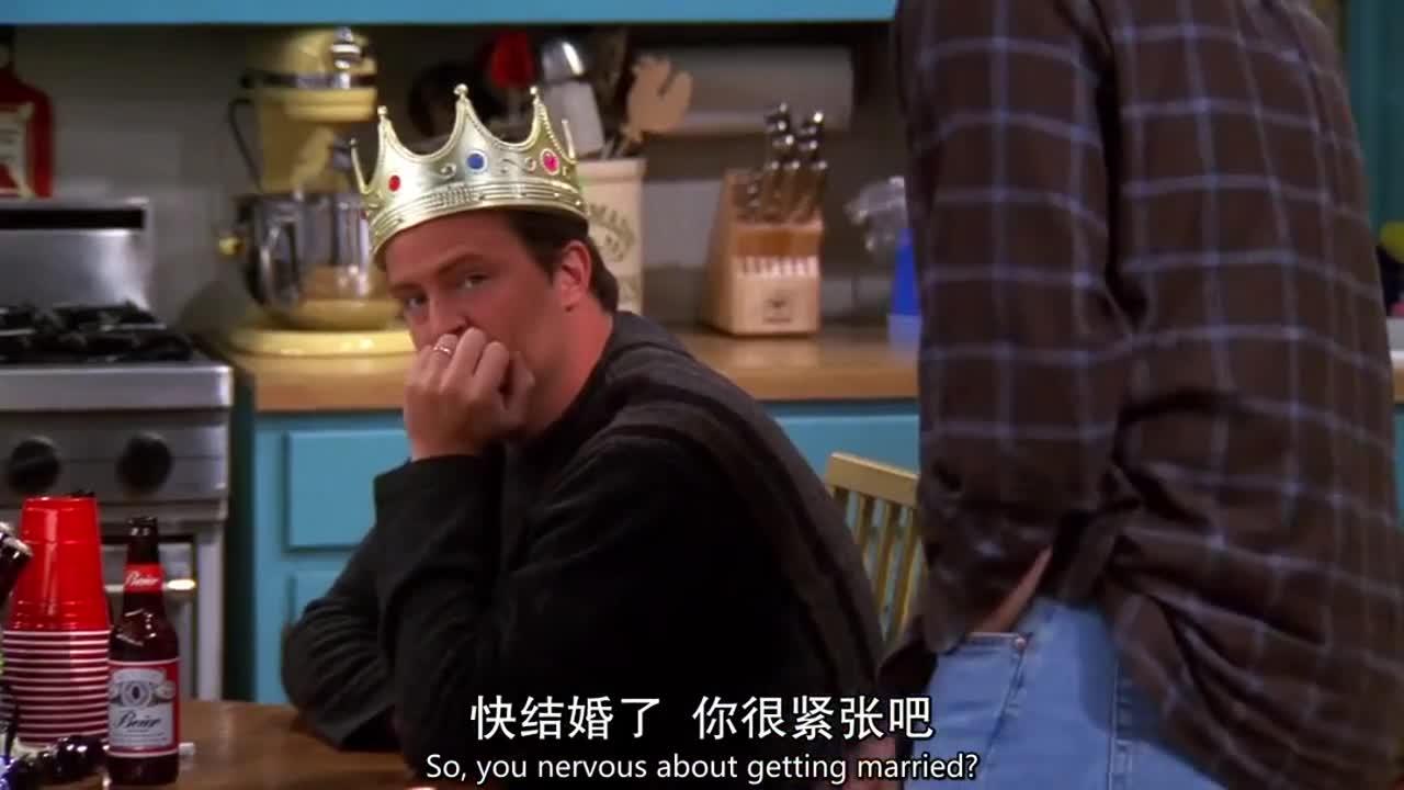 胖小子头上戴着皇冠,与朋友一起畅饮啤酒,这是为了什么?