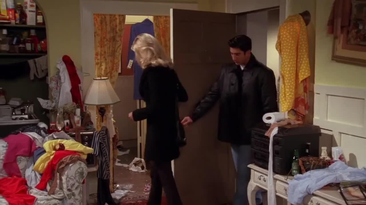 男子受邀来到女子家,不料房间杂乱不堪,让人极度不适