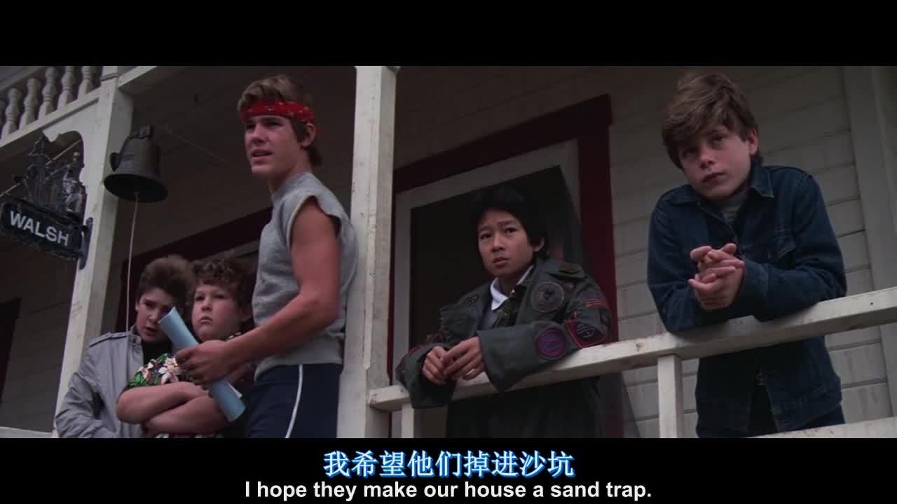 家里出了大事,大家都很悲伤,小男孩开始撒娇