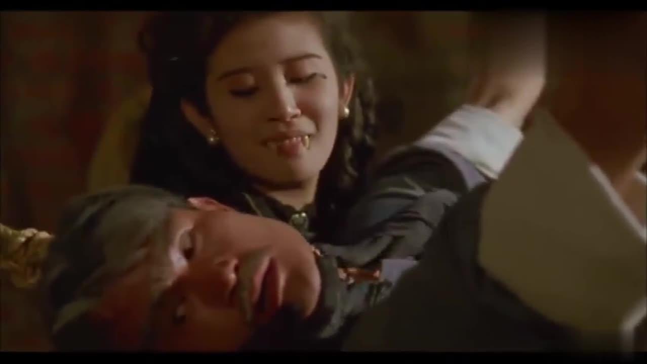 #经典看电影#男子被锁住动弹不得,女吸血鬼突然来袭,命悬一线之际小僵尸救场