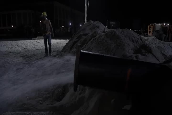 男子看到水泵喷了出来,立刻前往修水泵,结果被水泵直接喷走!