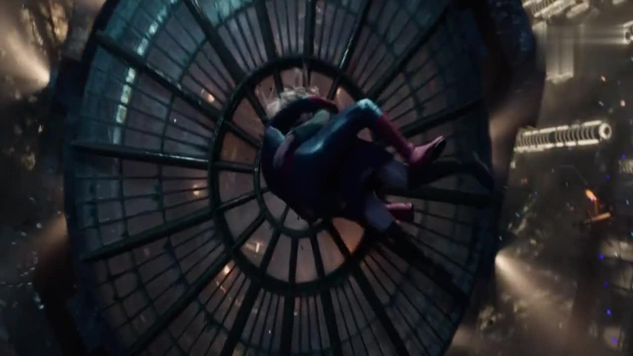 #科幻大片#变异人赶尽杀绝,蜘蛛侠被炸弹炸伤,用蛛丝缠住变异人!