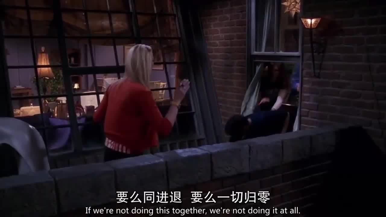 红衣女怪大家瞒着他,就走到阳台说要跳楼,大家都努力挽留她