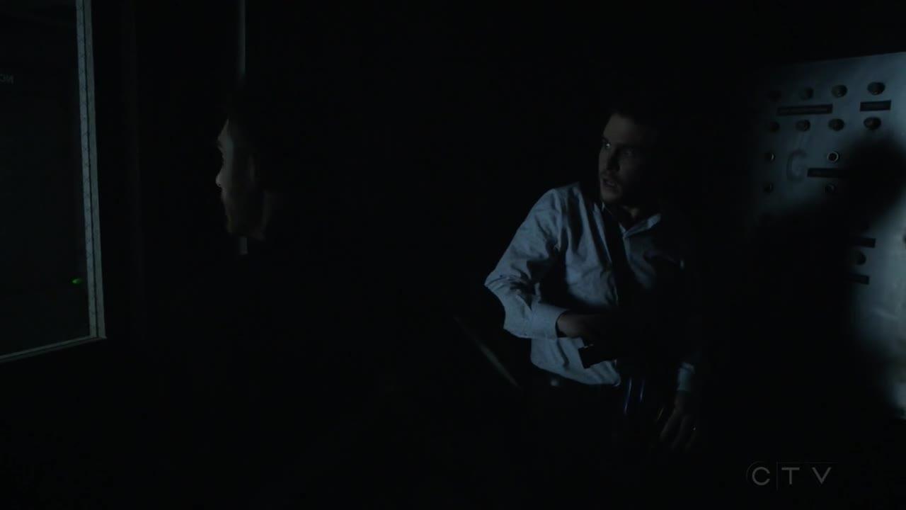 埃琳娜从监禁室带走塔伯特,但劫掠者已经把通往控制室的路