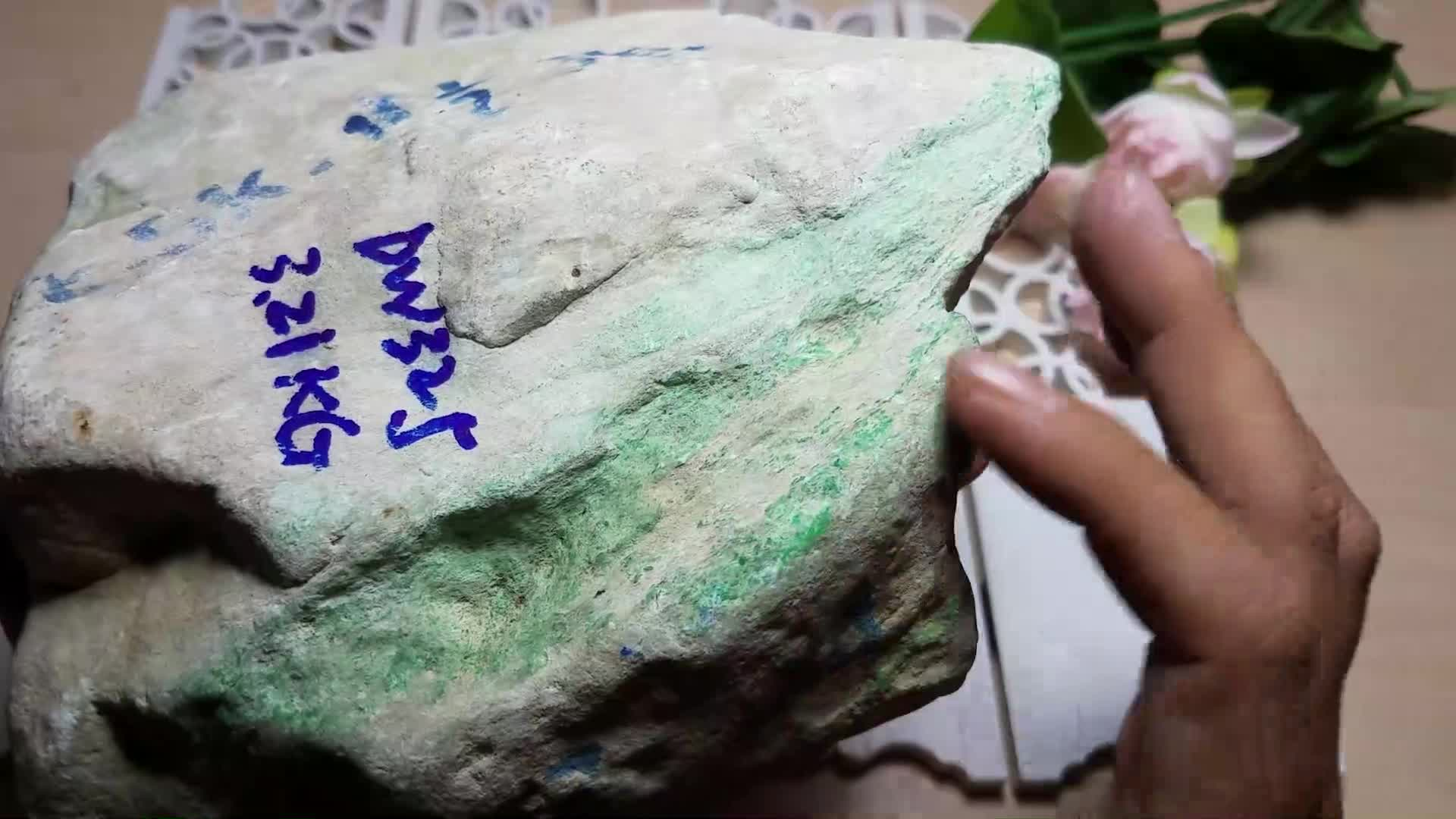 #赌石#新手2000块的翡翠原石,切出2条冰种飘花手镯,也太好运了吧
