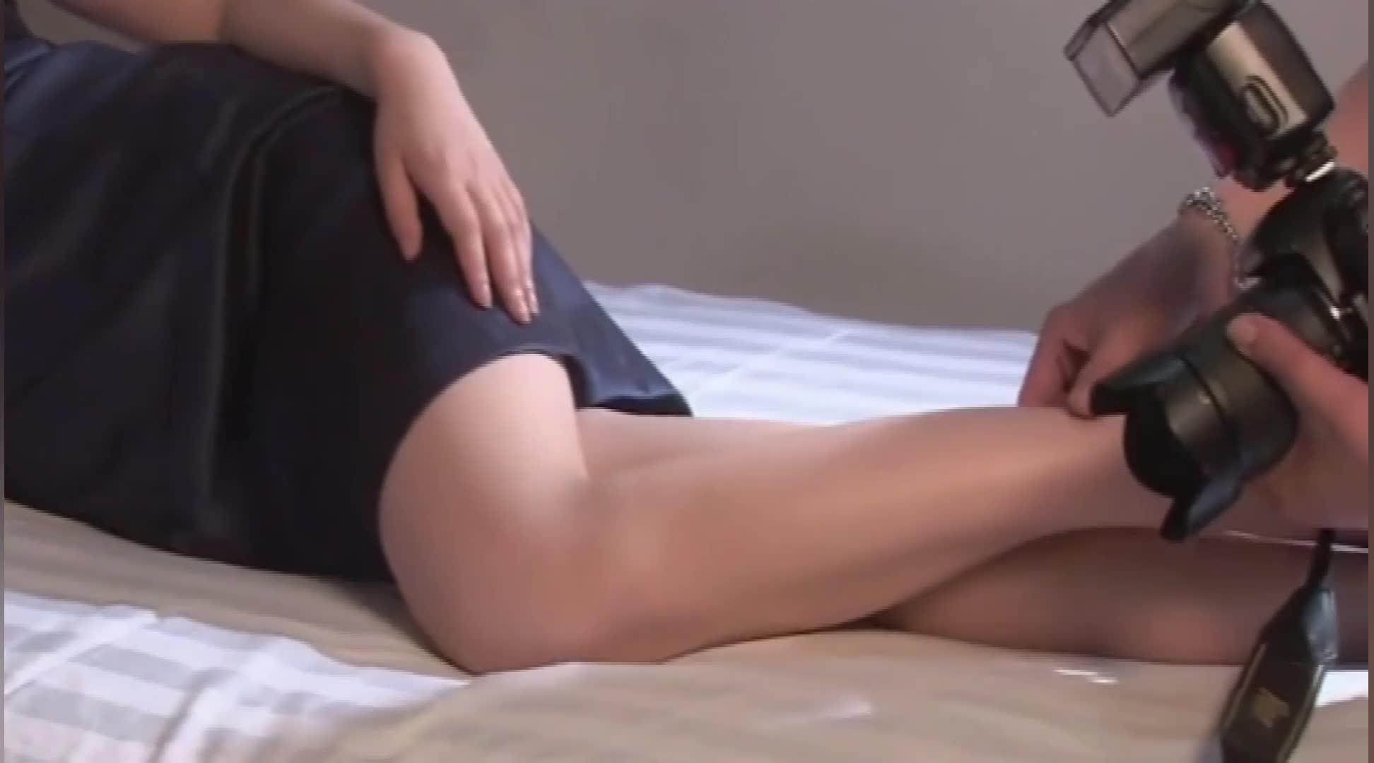 摄影师帮杨桃调整姿势,最后竟然摸到腿上,杨桃却很开心!