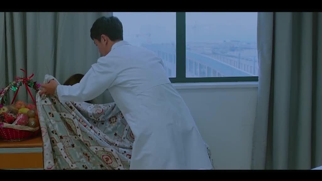 男的和女的在医院见面,男的担心病情,女的表现的很平静