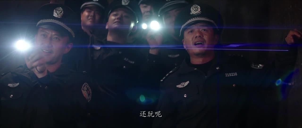 警官追捕犯人,居然遇到了这种事,真危险
