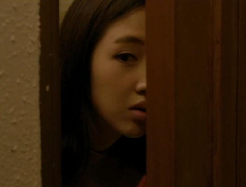 女孩偷偷进闺蜜房间,发现对方的小秘密