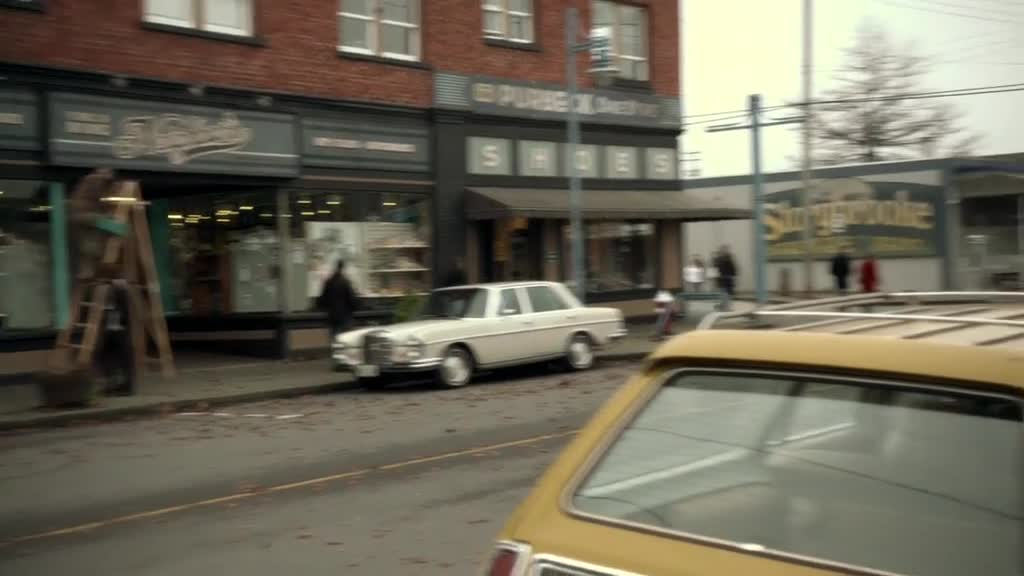 瑞金娜走在去上班的路上,镇上的人有对她向原来一样了