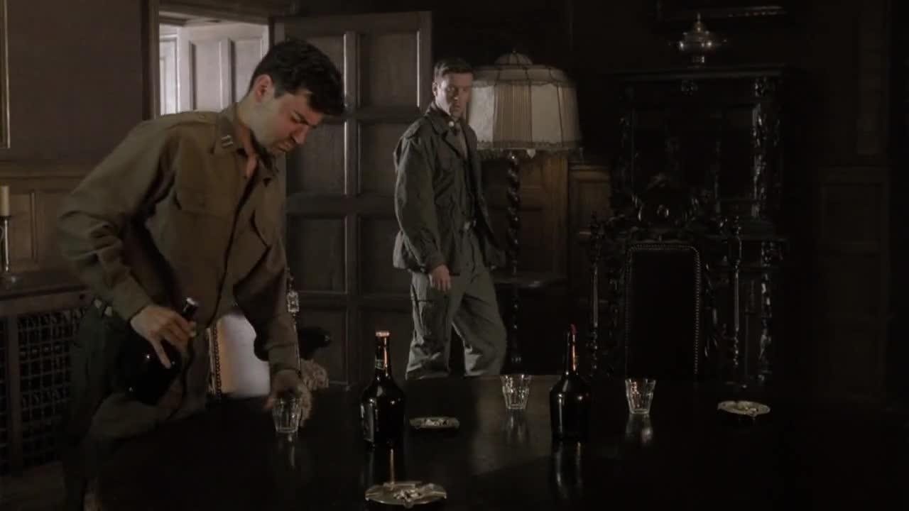 男子告诉同伴战场情况,同伴和其聊天,男子意志不高