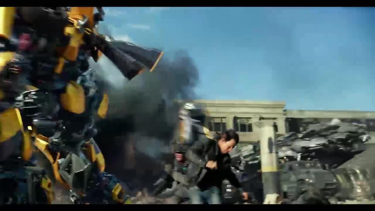 大黄蜂被机枪打碎,警察没想到他还能自动重组,这下倒霉了