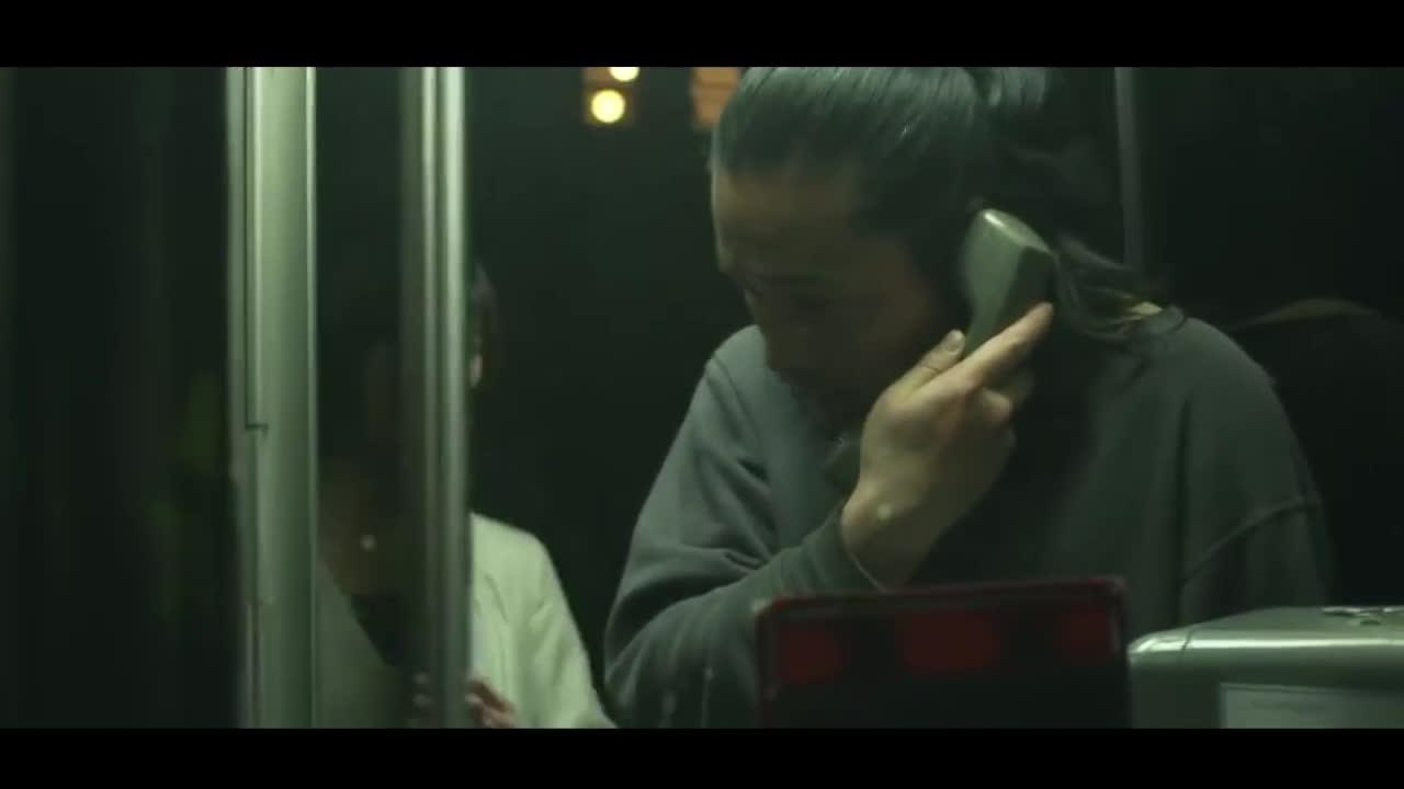 电话亭里打电话遇见女杀手,动作干净利落
