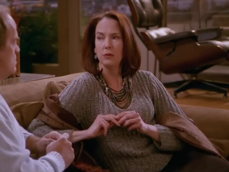 男子与女子在沙发交谈,男子说出一话后,女子误会离去