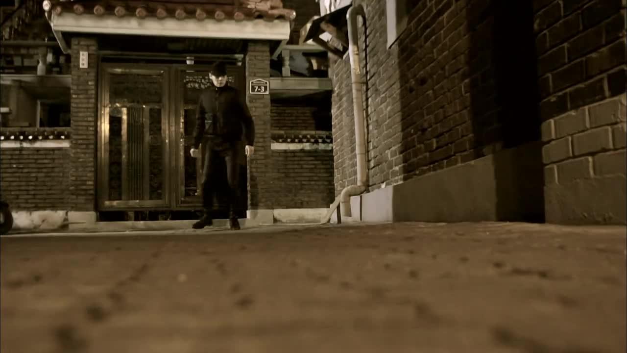 #经典看电影影视#吸血鬼追踪男子,地上滴了几滴血,也要尝尝味道!