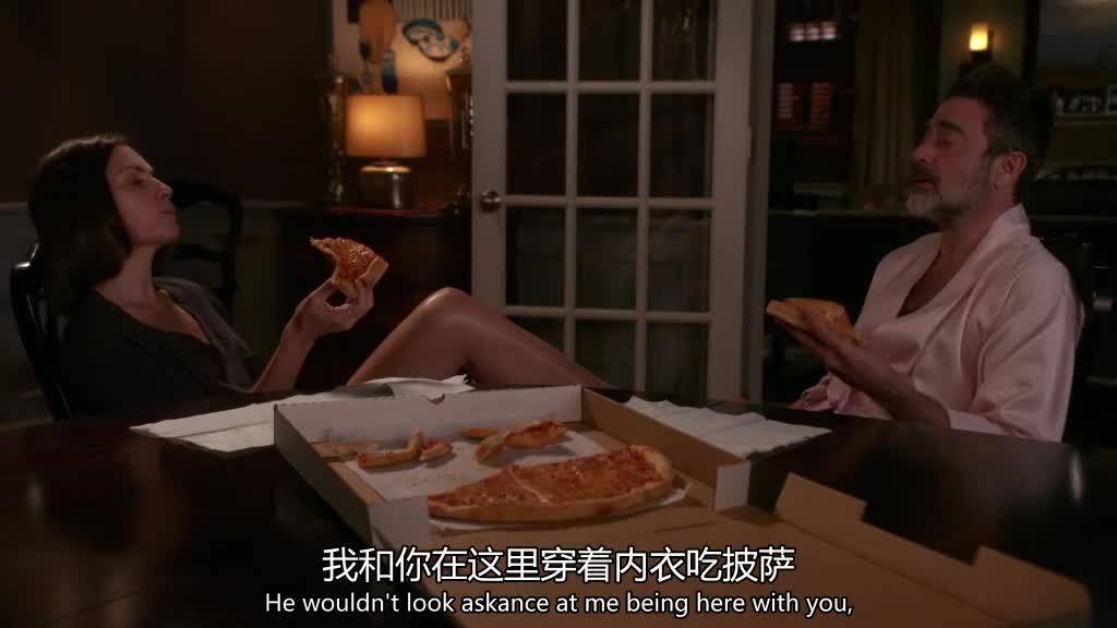 一对男女一起在家吃披萨会发生什么?距离越来越近了