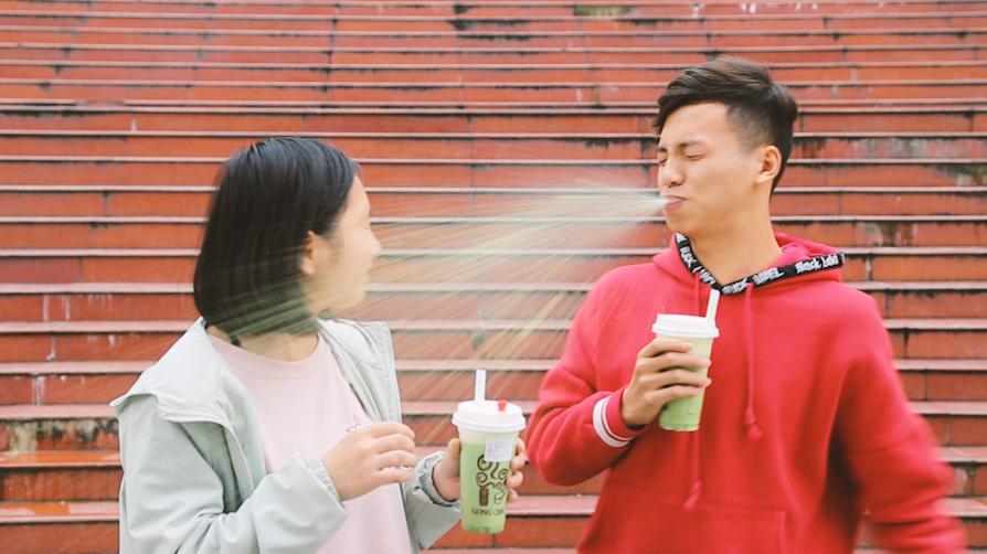 #爆笑#傻学生请女同学喝奶茶,刚喝一口就喷了一脸,这个二娃子要笑死我