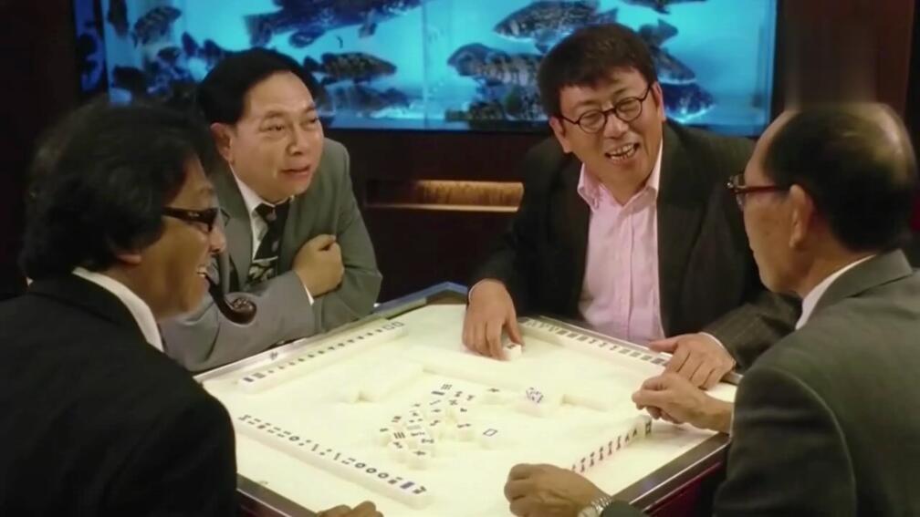 三个老千以为小伙不会打麻将,谁知道碰到雀圣了,牌都不敢出