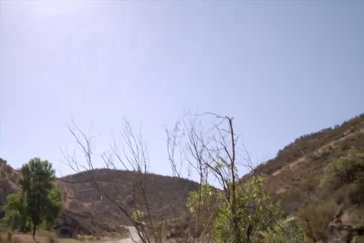 孩子一个人到荒山野岭,进了破屋后没发现东西,直接离开了!