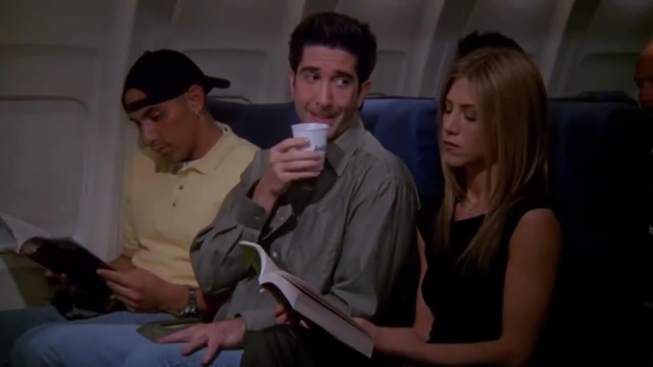 男子在飞机上看杂志爆笑,不料打扰到旁边女子,女子这样报复他