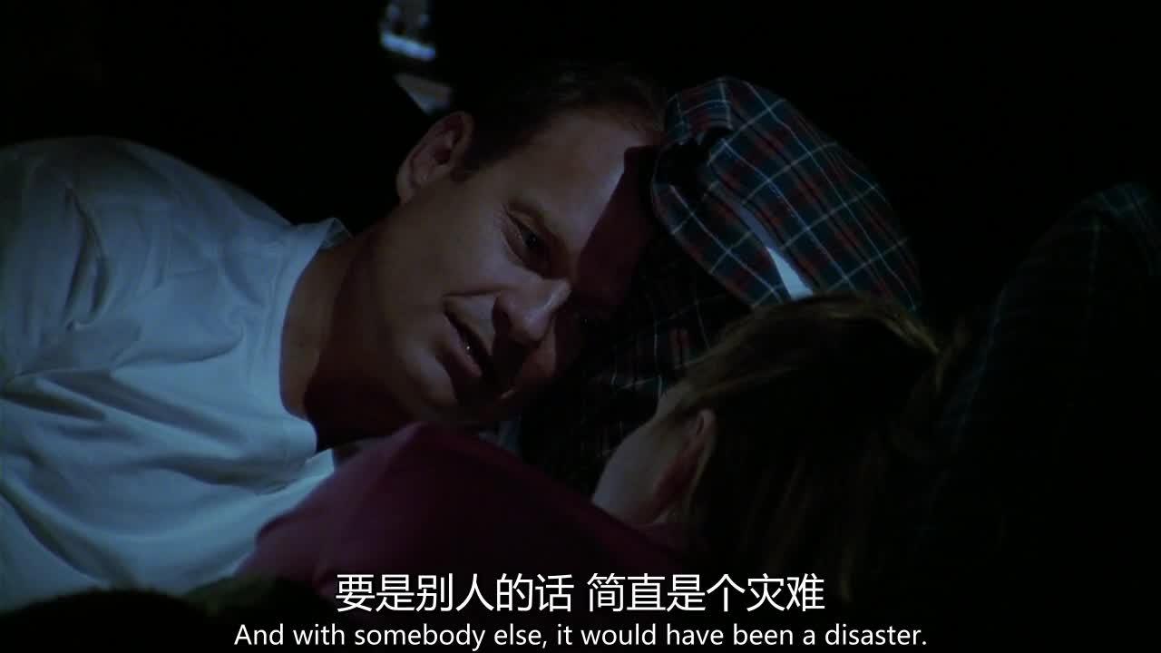 两夫妻睡在客厅里,屋里漆黑一片,居然不做点事情?