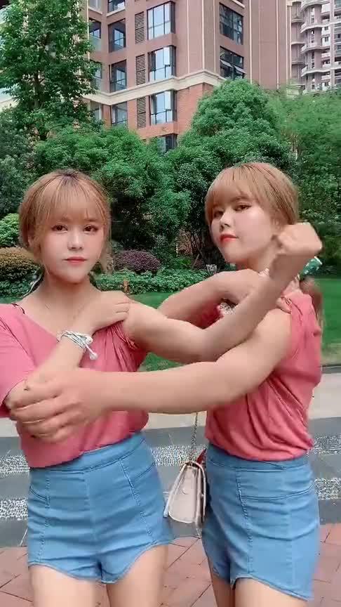 #搞笑#时尚大片:双胞胎姐妹的差别有多大?这个肌肉我无法直视!