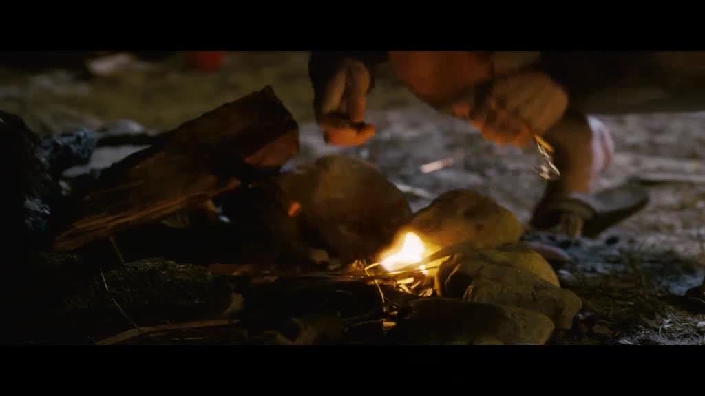 女孩说小伙,就算你会远古时代的生火办法,你也烤不熟那根热狗
