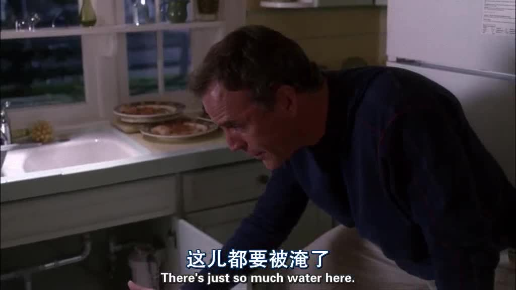 家里水管破了,男子去邻居家借东西,女子的反应很奇怪