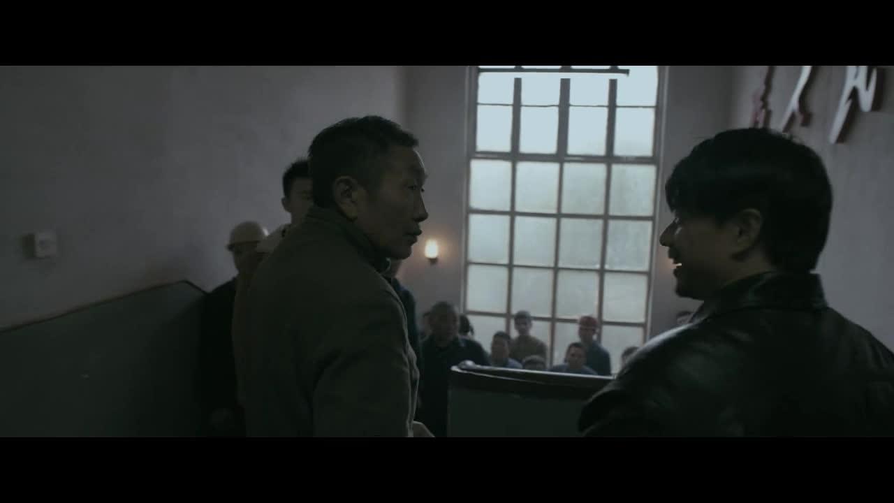 男主带领工厂员工,前往刑警队协助调查,却被队长谢绝送回