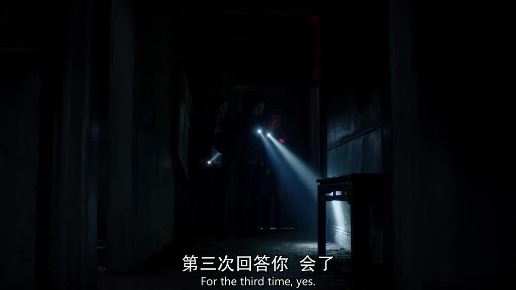 女孩在房间发现一个僵尸小孩,赶紧叫她妈妈,结果门打不开了