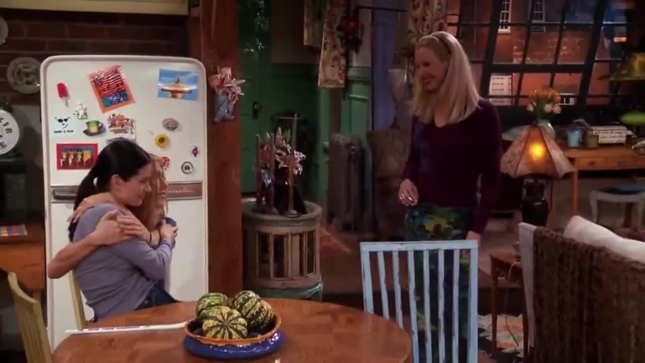 在客厅中,女子为室友讲述什么是好室友,室友不以为然