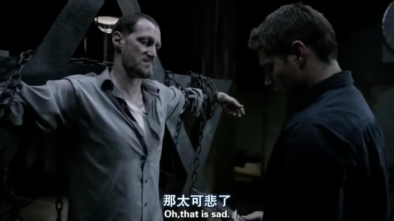 迪恩拿着刀,对着一名男子,毫不犹豫地刺了下去