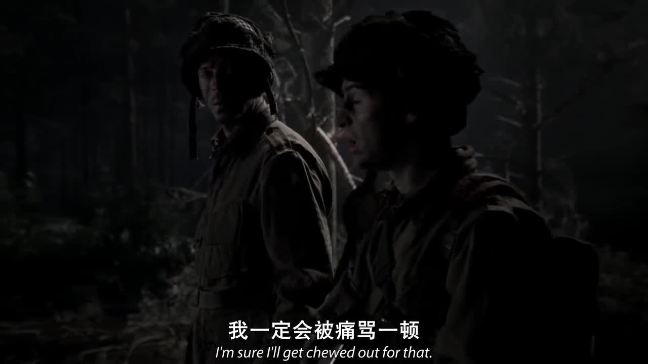 通信兵和长官交谈,两人似乎迷路了,突然听到了动静