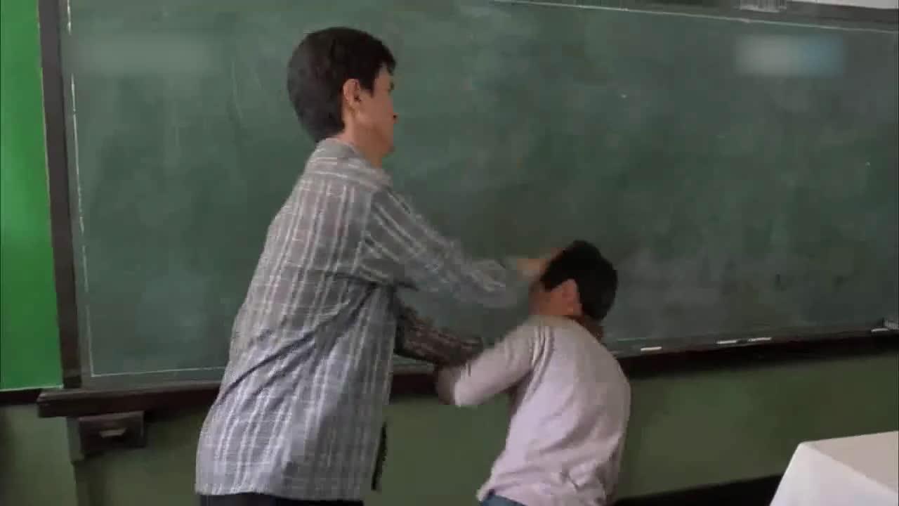 学生犯错,老师竟然拿鞋抽,简直不能直视