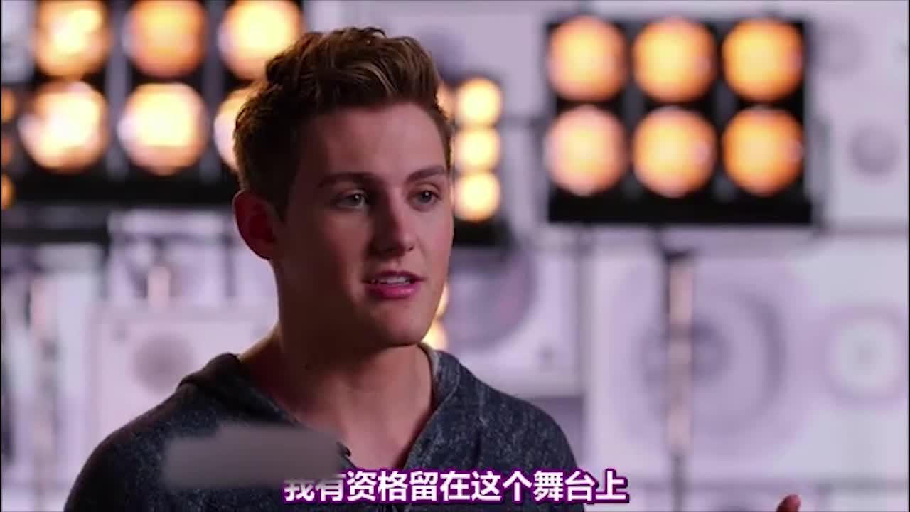 这位选手的表演非常出色,亚当说他是一个非常出色的歌手