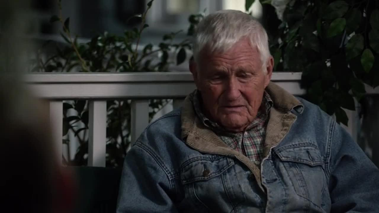 老爷爷想起了,和老奶奶在一起的美好时光,感到十分怀念