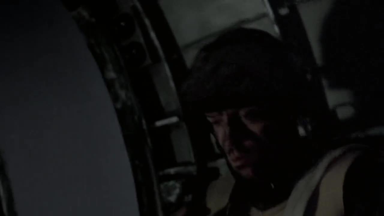 士兵们执行任务,长官让其检查装备,突然敌人袭击