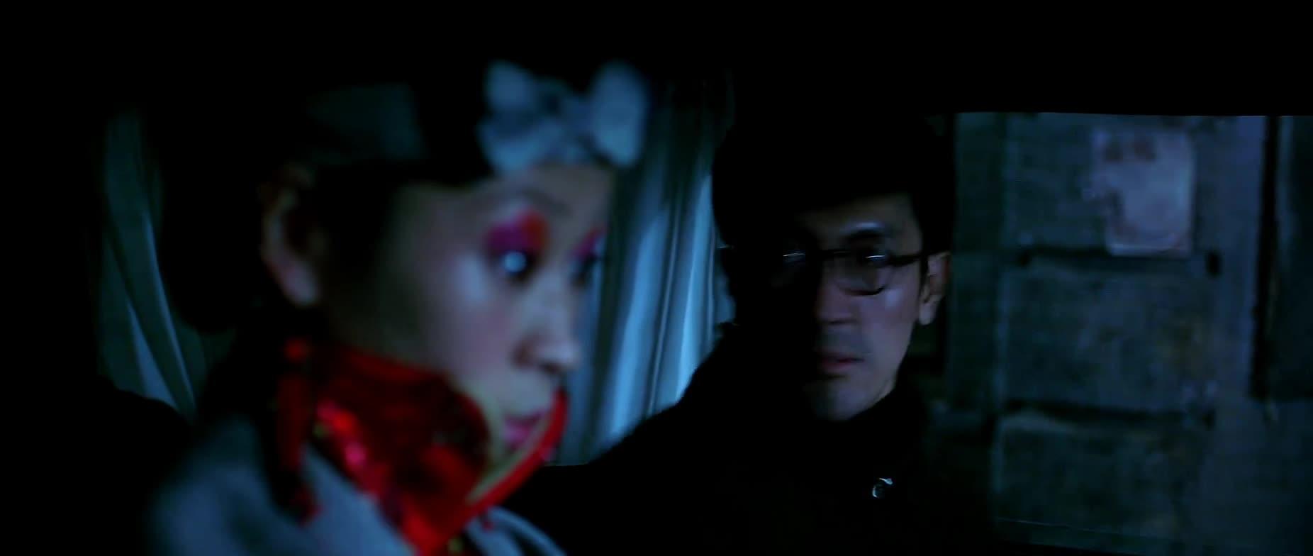 #经典看电影#美女徒手掰弯日本人的枪,太给力了吧。