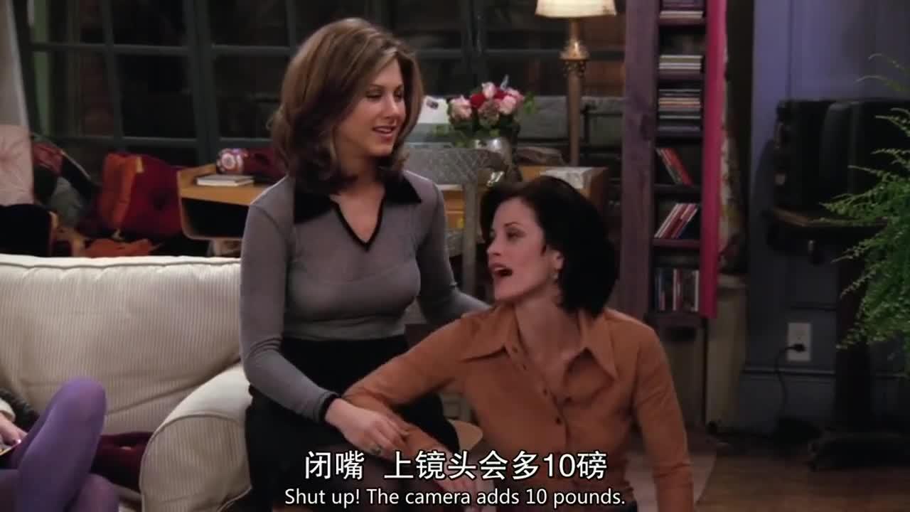 朋友们在客厅观看录像,不料演员与本人极其不像,引发爆笑