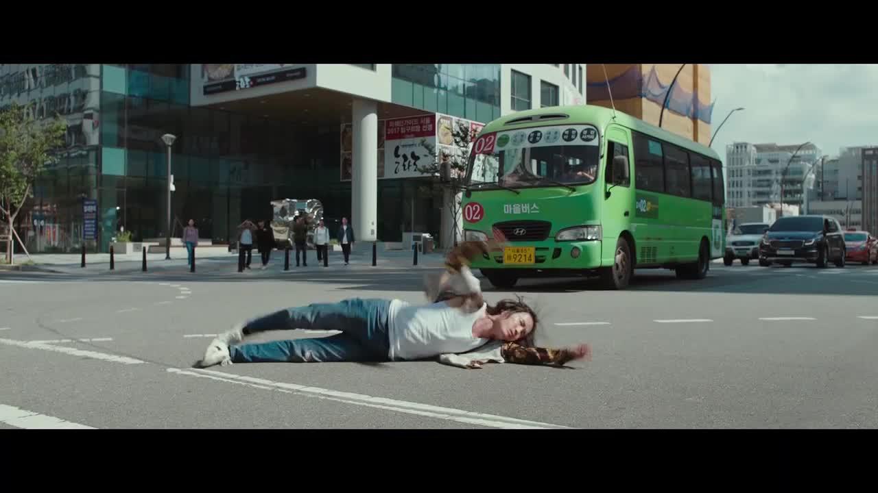 逃犯再次逃跑,被汽车撞倒,引发连环撞车