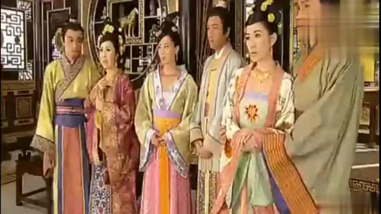 #经典看电影#公主嫁到:太奶奶偷拿了小玉的胭脂水粉,打扮的花枝招展!