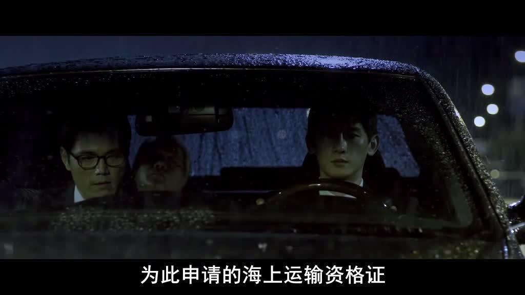 下雨黑夜,两辆车等红绿灯,一辆车被撞飞