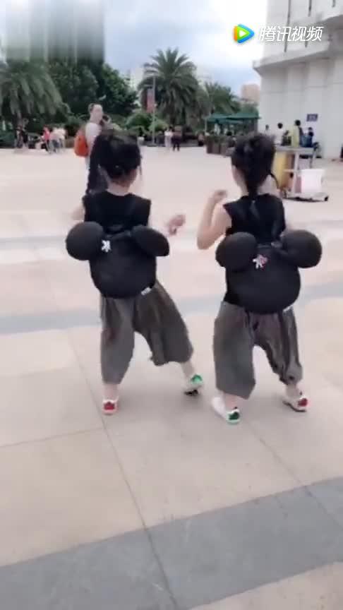 #萌娃#音乐一起,双胞胎姐妹走到哪里,哪里便是舞台,又想骗我生女儿!