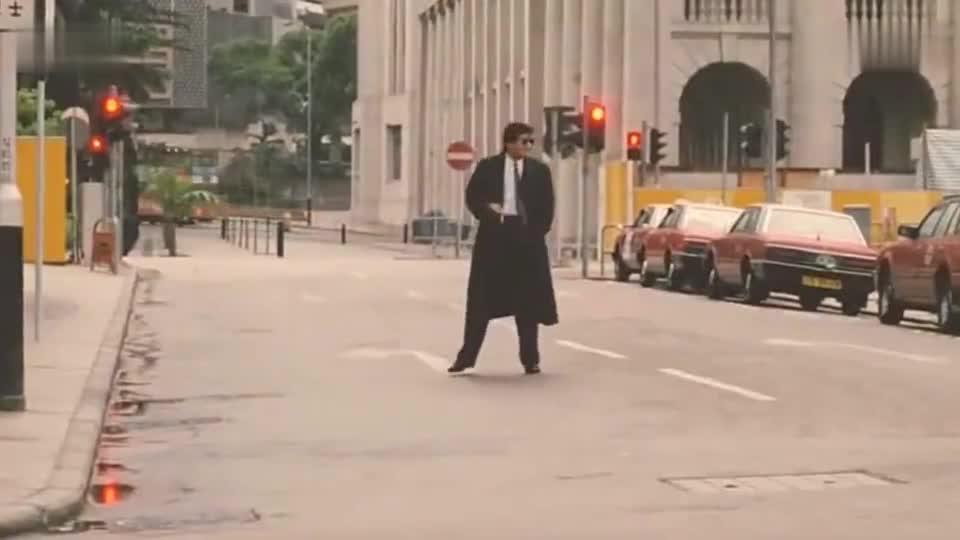 周润发做劳斯莱斯还喜欢吃路边肠粉警察来了还帮摊贩逃跑经典。